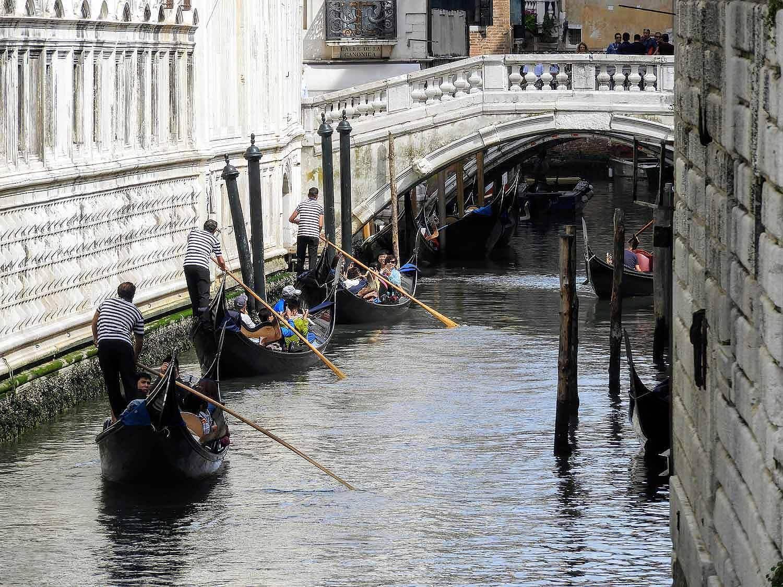 italy-italia-venice-3-three-gondolas.jpg