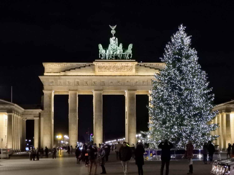 germany-berlin-brandenburg-gate-christmas-tree.jpg