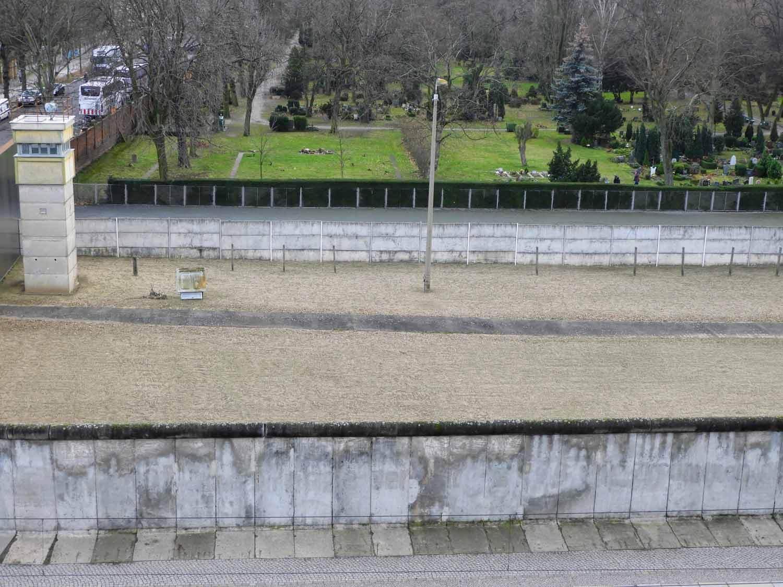 germany-berlin-wall-cold-war-soviet-union-west-vs-east-no-mans-zone-barrier.jpg