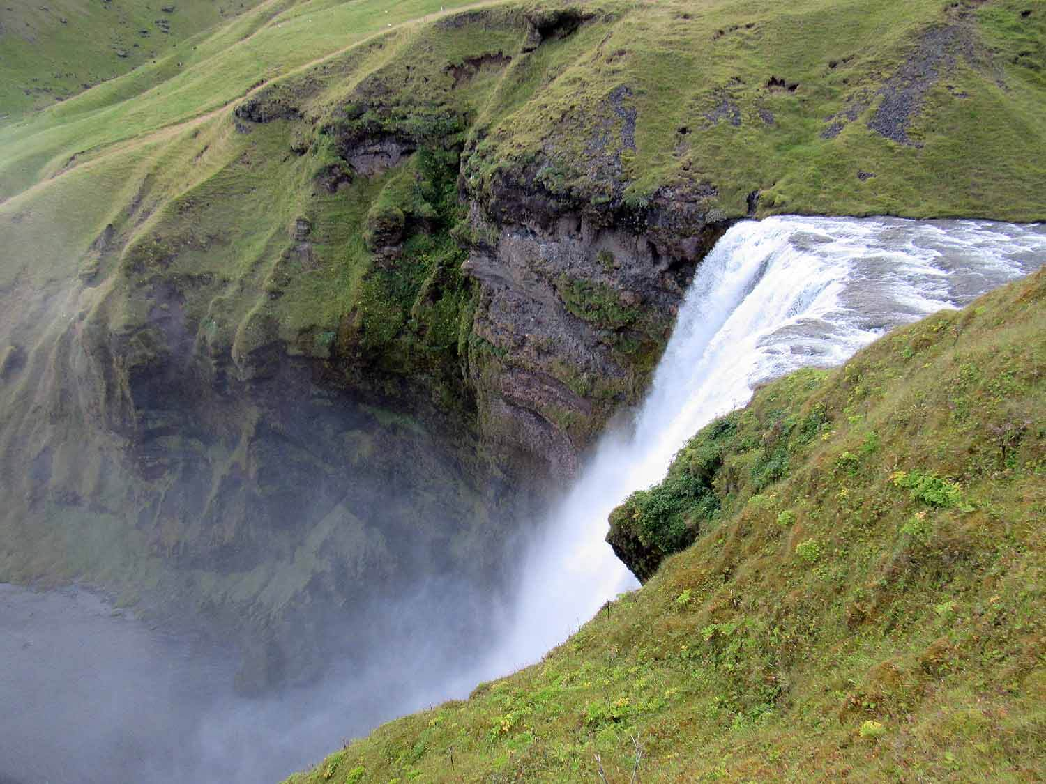 iceland-skogafoss-waterfall-upper-edge.JPG
