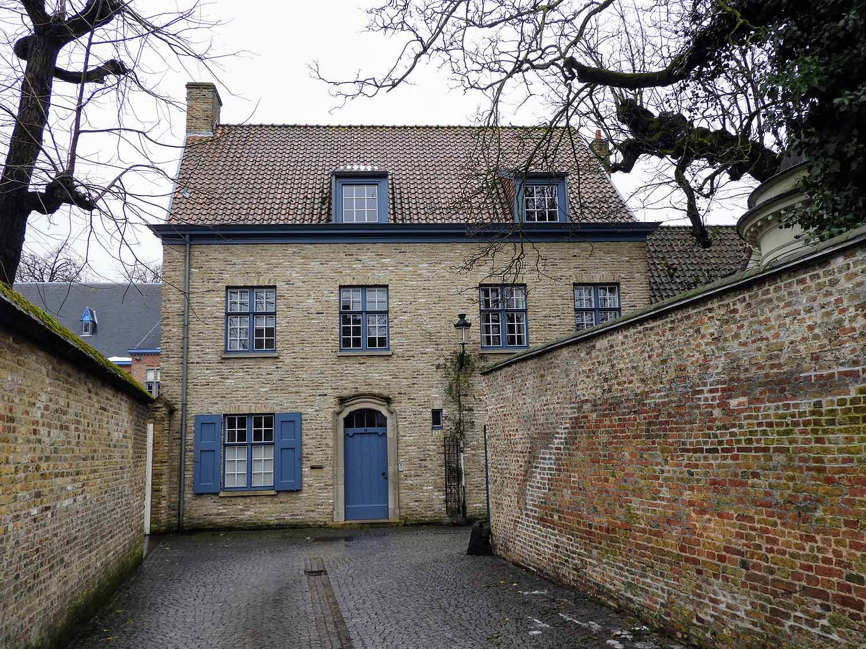 belgium-bruges-groeningen-museum-narrow-street.jpg