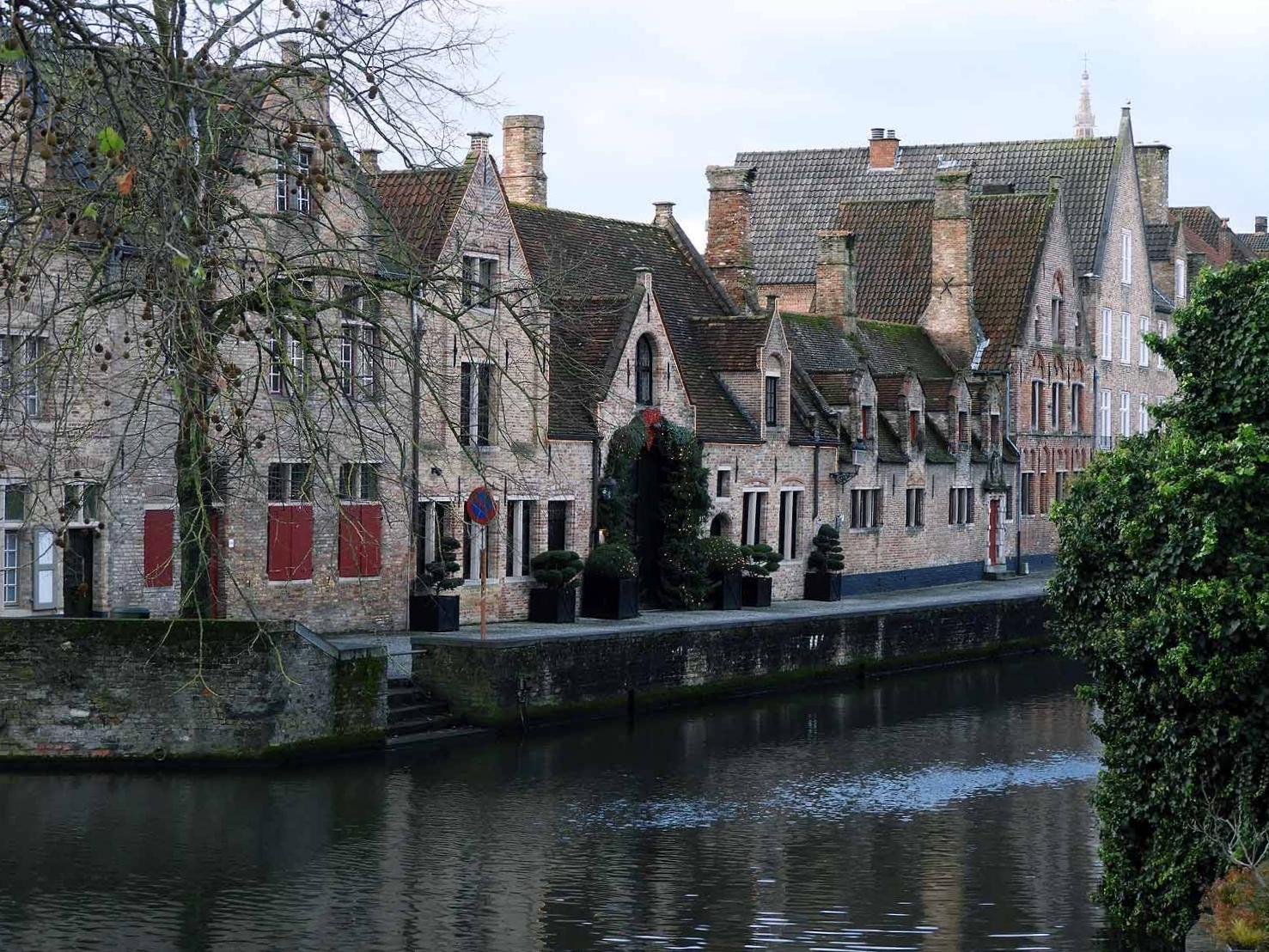 belgium-bruges-can-river-rowhouses-brick-december.JPG