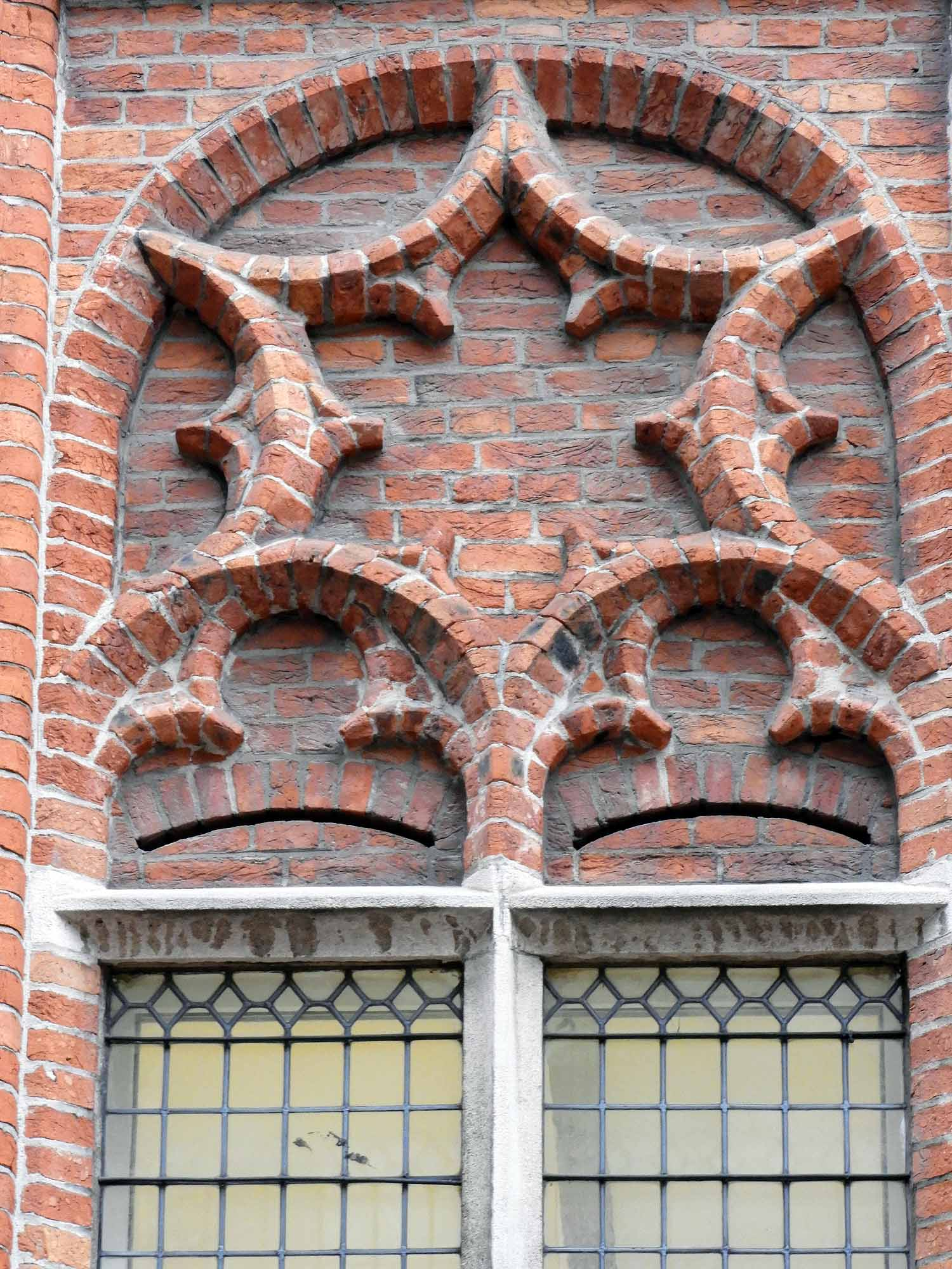 belgium-bruges-window-fancy-brickwork-design.jpg