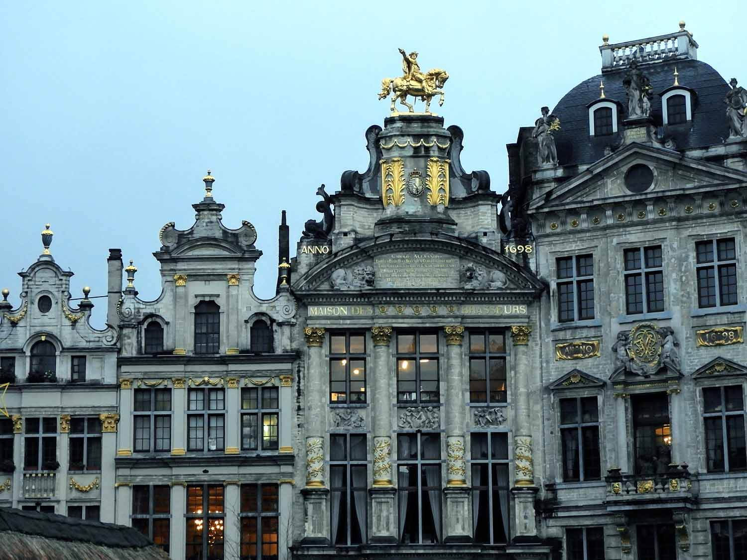 belgium-brussels-grand-place-night-light-show-gilded-square.jpg