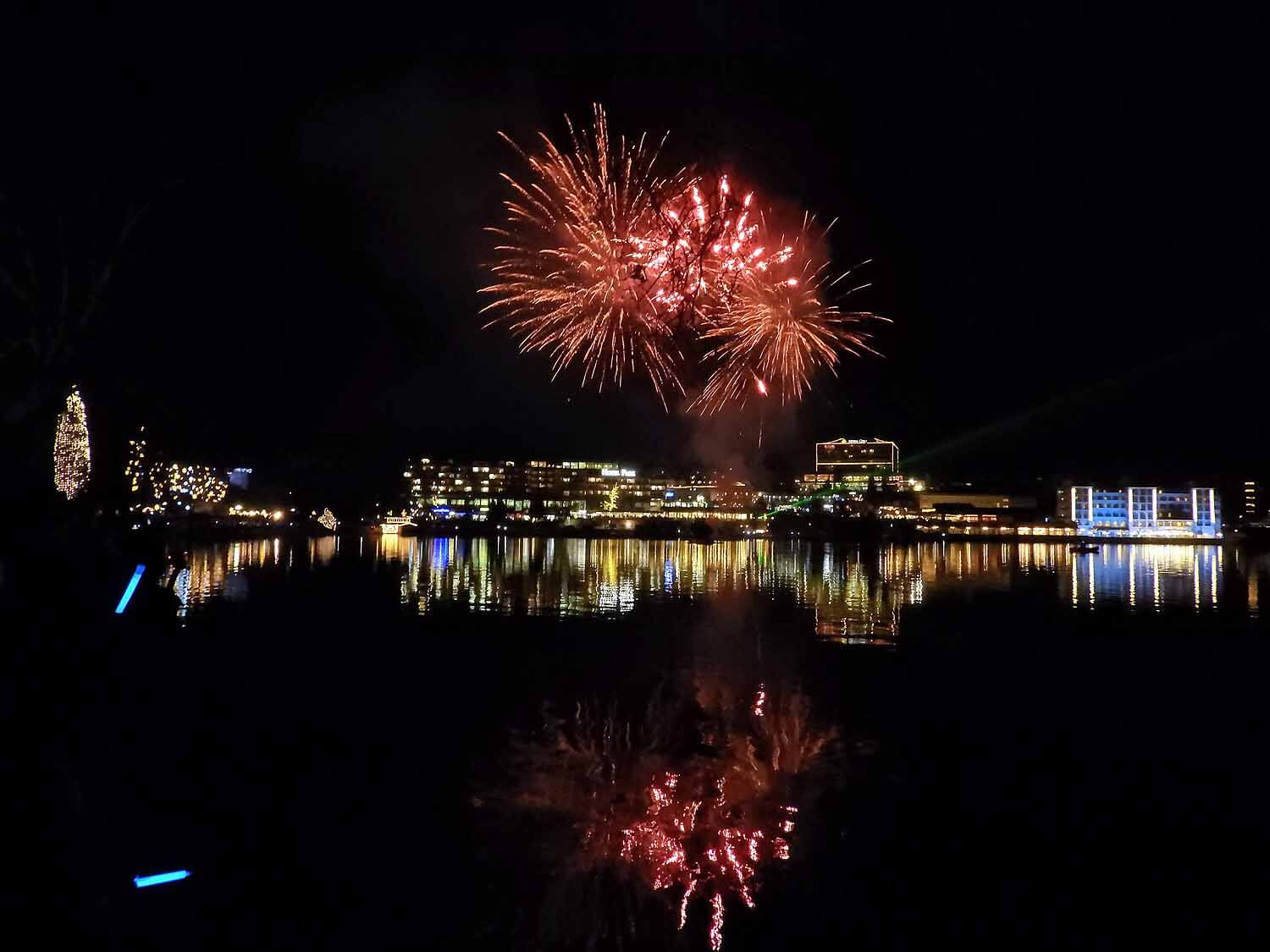 slovenia-lake-bled-new-years-eve-fireworks-red-reflection.jpg