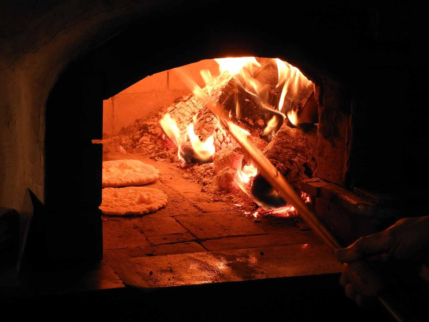slovenia-lake-bled-woodfire-oven-pizza.jpg