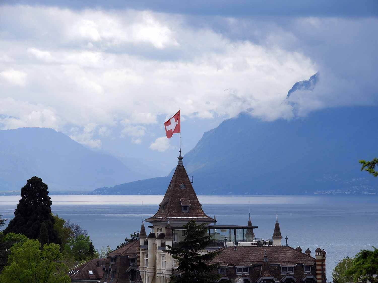 switzerland-luassane-roofs-flag-lake.JPG