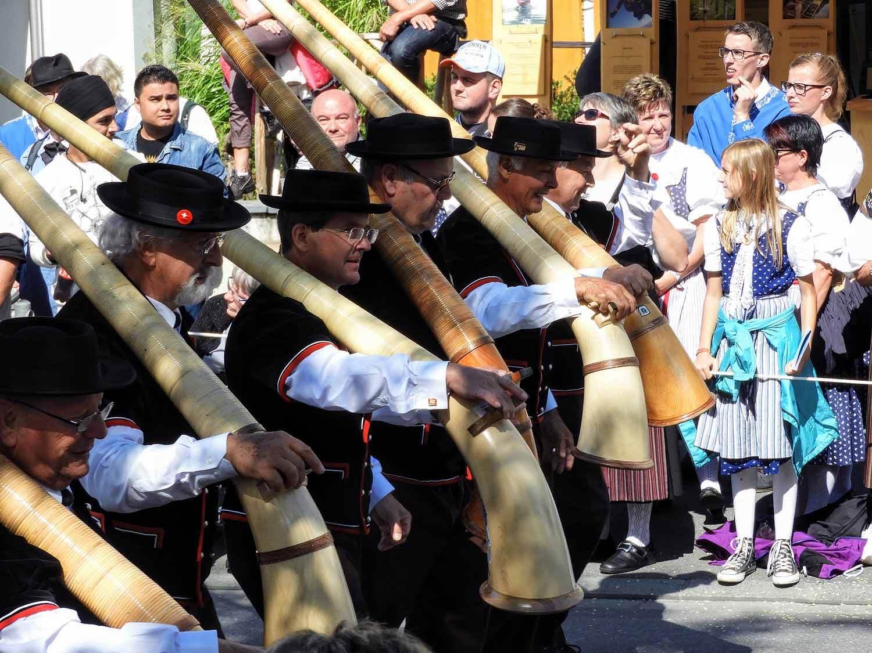 switzerland-interlaken-unspunnen-fest-parade-alphorn.jpg