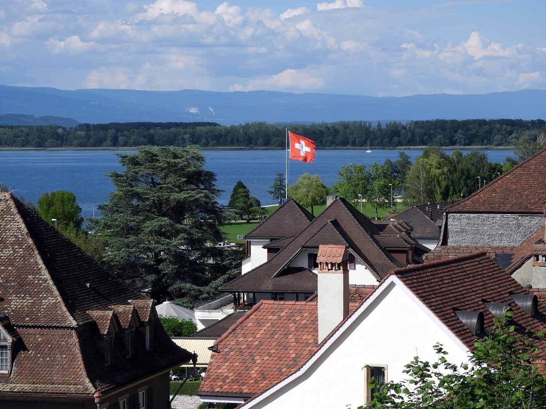 switzerland-murten-murtensee-lake-swiss-flag.JPG
