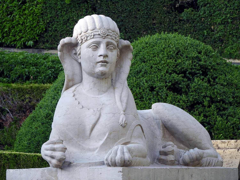 switzerland-neuchatel-hôtel-dupeyrou-statue.JPG