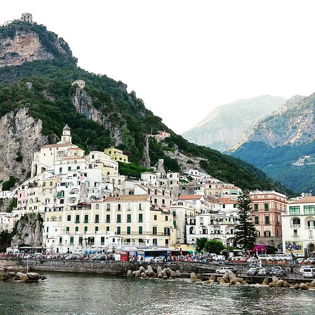 Pastel hues and cliffside views... #dreamy  #maiastra #maiastratravel #maiastralife #italy #amalficoast #amalfi