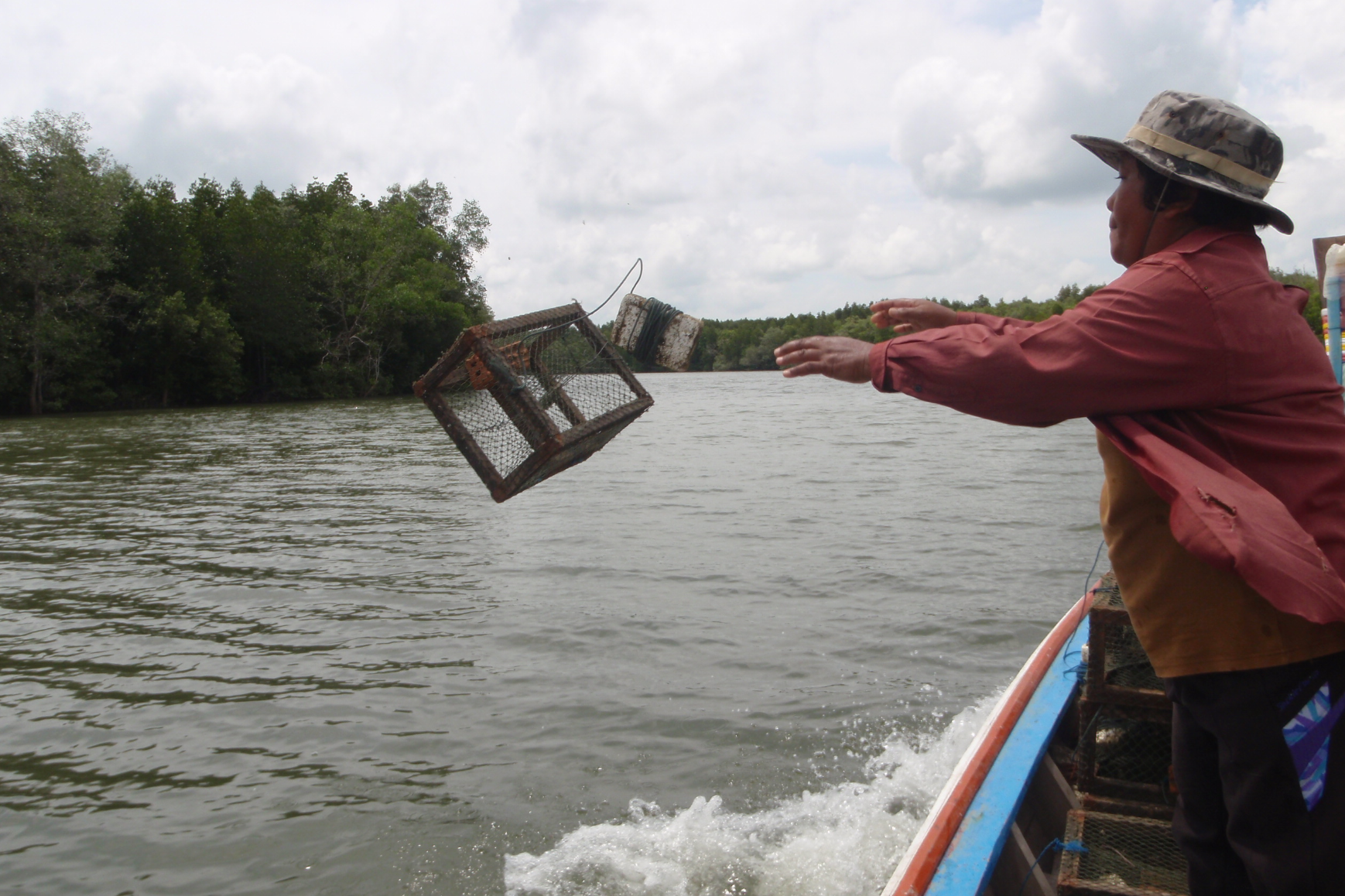 SETTING TRAP, THAILAND CREDIT: Mangrove Action Project / coral reef image bank