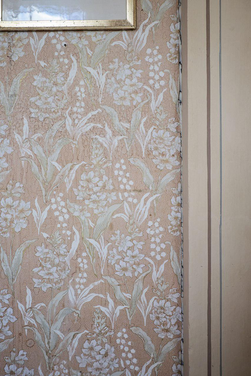 originalen - Et dust tapet med liljekonvaller henger i Damesalongen på Gimle gård.