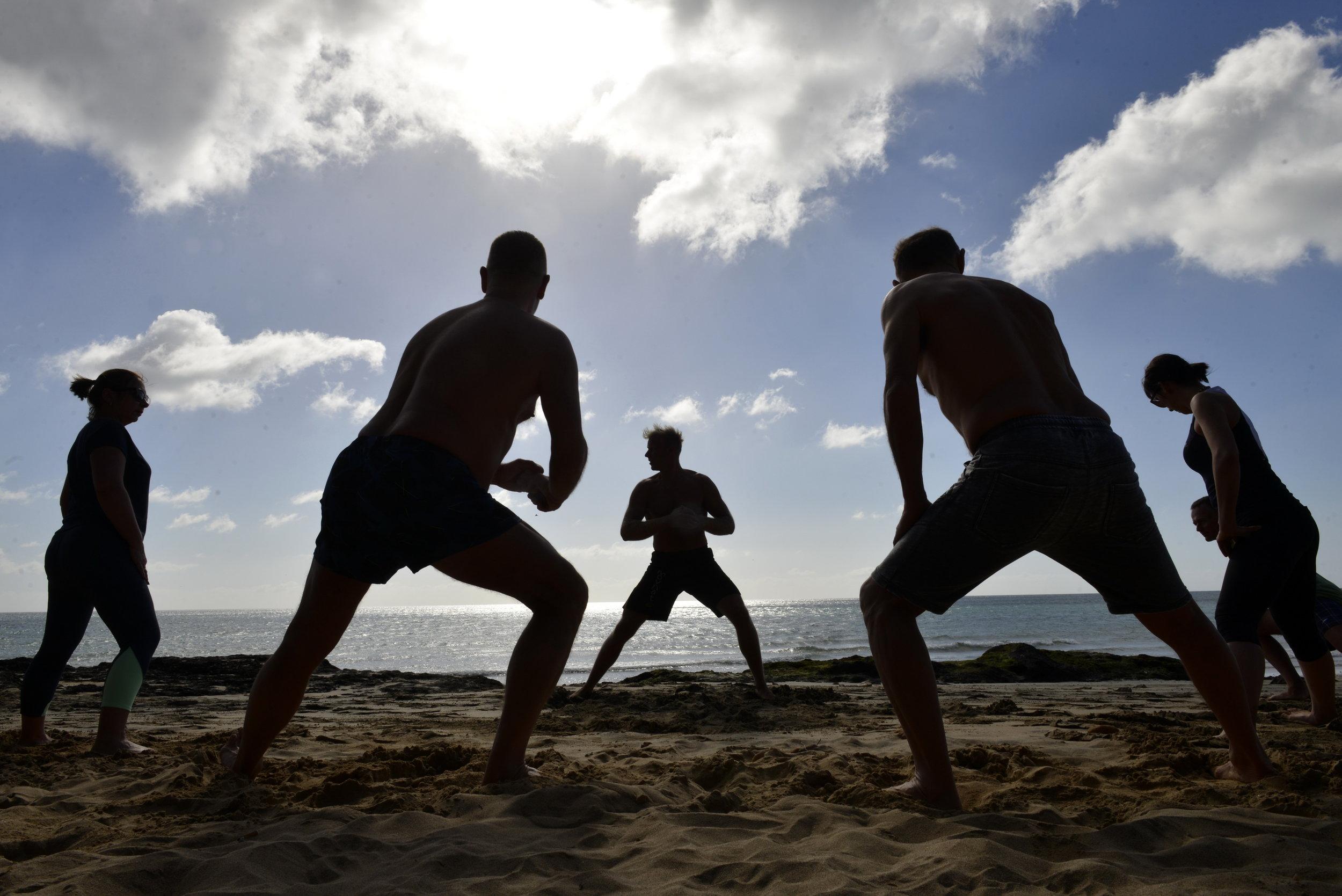 Hogy néz ki egy Sunny Fitness edzés? - Gyakoroljuk a sétát, futást, egyensúlyozást, ugrásokat, állatjárásokat, mászótechnikákat, emelést-cipelést, dobást-elkapást, küzdősport alapokat, csapatmunkát, gimnasztikát, saját testsúlyos erősítő gyakorlatokat és mindezek progresszióit, kombinációit.Biztonságosan, lépésről-lépésre haladunk, minden korosztállyal, edzettségi szinttel lehet csatlakozni. Különösen hangsúlyos a talajmunka, hogy visszaállítsuk az ízületek mobilitását, stabilitását. Folyamatosan szűrjük a gyenge pontjaidat és javítjuk a mozgásminőséged.A szabadtéri edzéseket részesítem előnyben, hogy egyúttal megkapjuk a napfény, földelés, friss levegő pozitív hatásait.Úgy gondolom (a legfrissebb tudományos eredmények alapján), hogy a modern ember első számú problémái a napfény- és természethiány, a rossz táplálkozás valamint a túl sok ülve eltöltött idő a négy fal között a képernyők előtt és mesterséges fények alatt... Továbbá, hogy nem használjuk ki a testünk elképesztő mozgás kapacitását.Az edzéseimen együtt kapod meg a sport és a természethez való kapcsolódás előnyeit!Segítek egy természetesen erős, hajlékony test elérésében, ezáltal egy tudatos, ügyes és fitt ember leszel!
