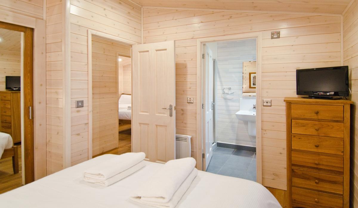 Bedroom double ensuite kleiner.jpg