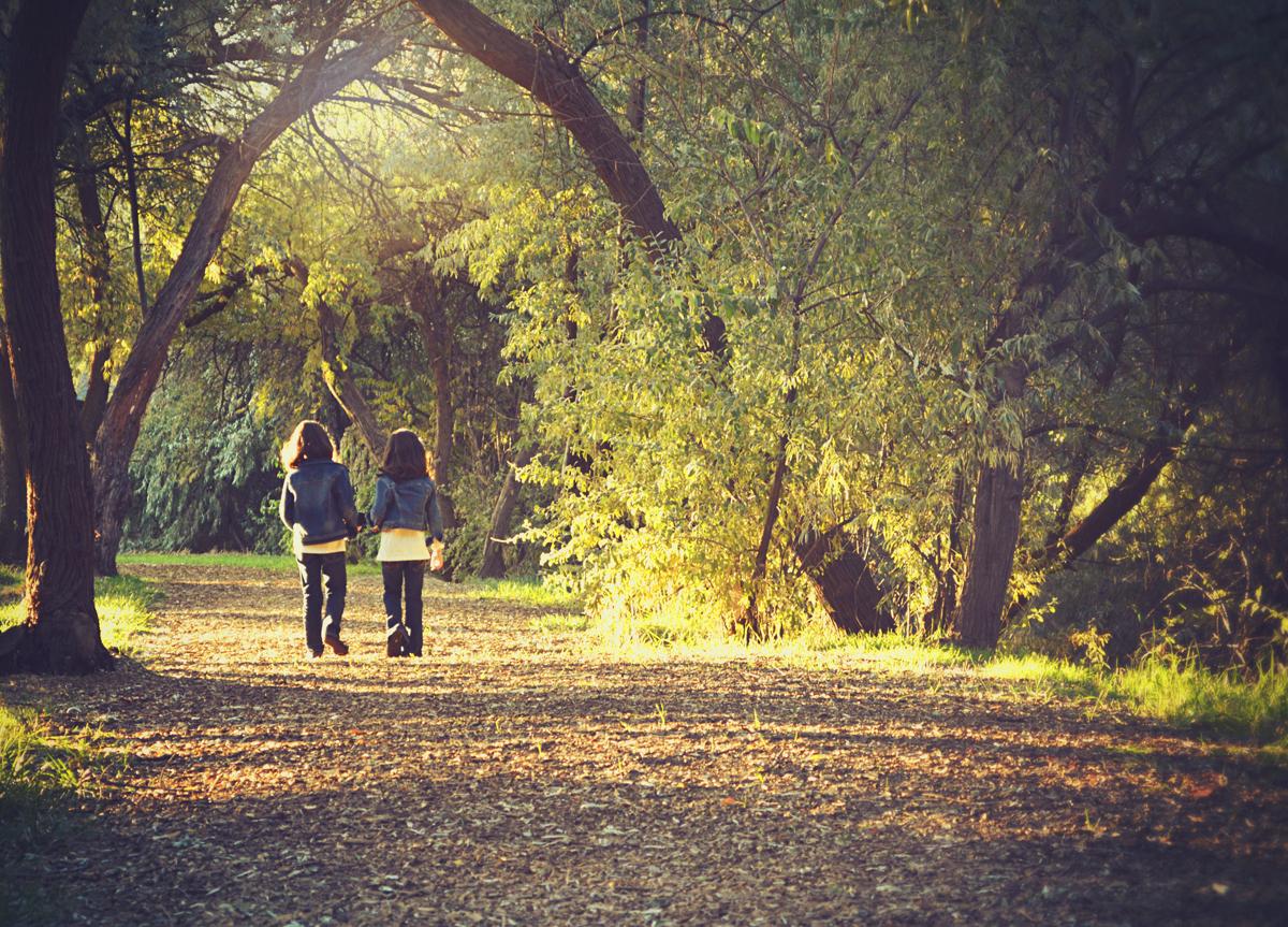 Oud bos 2 meisjes walk TanfLodge smaller.jpg