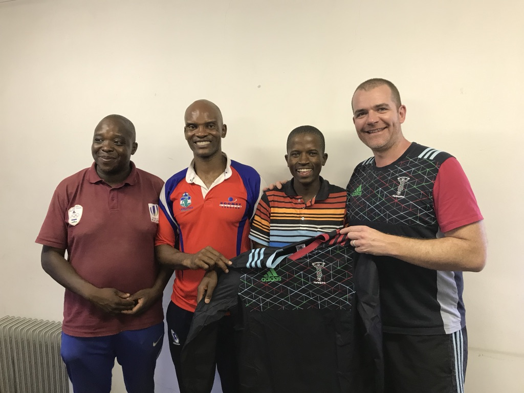 Marc from Harlequins Foundation presenting a Harlequins training top to Molife, one of our new coaches