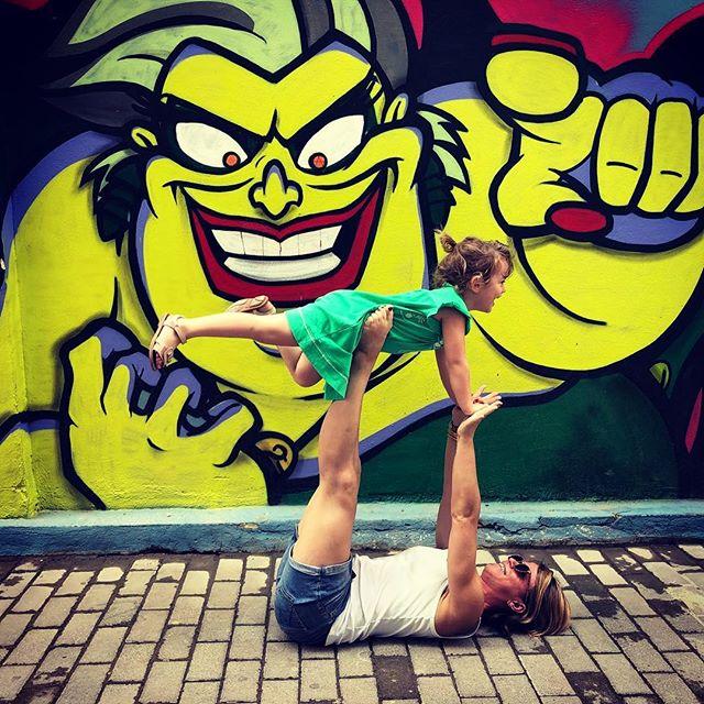 Si je pratique pendant les vacances??? Ma petite sirène 🧜♀️🇬🇷🤸♂️🧘♀️ #yoga #yogamum  #yogaenfamille #acroyoga #yogafun #yogakids