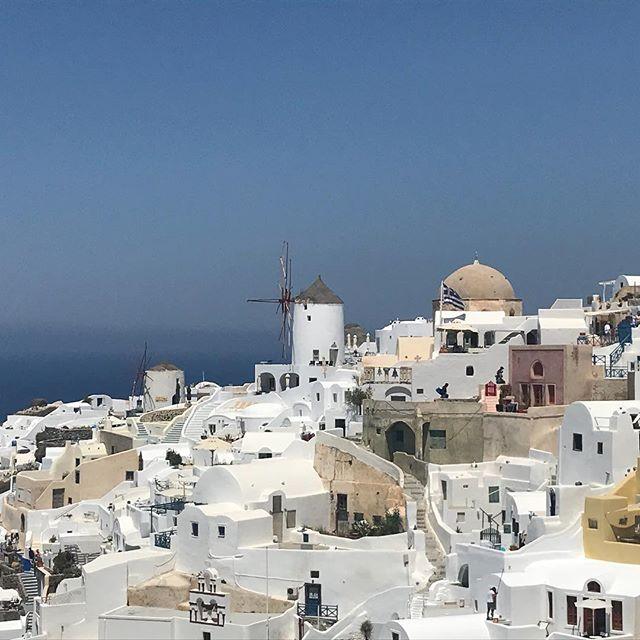 Santorin cliché Check 👊  Pas d'asana possible dans cette ville juste la vue ☀️🇬🇷🤸♂️