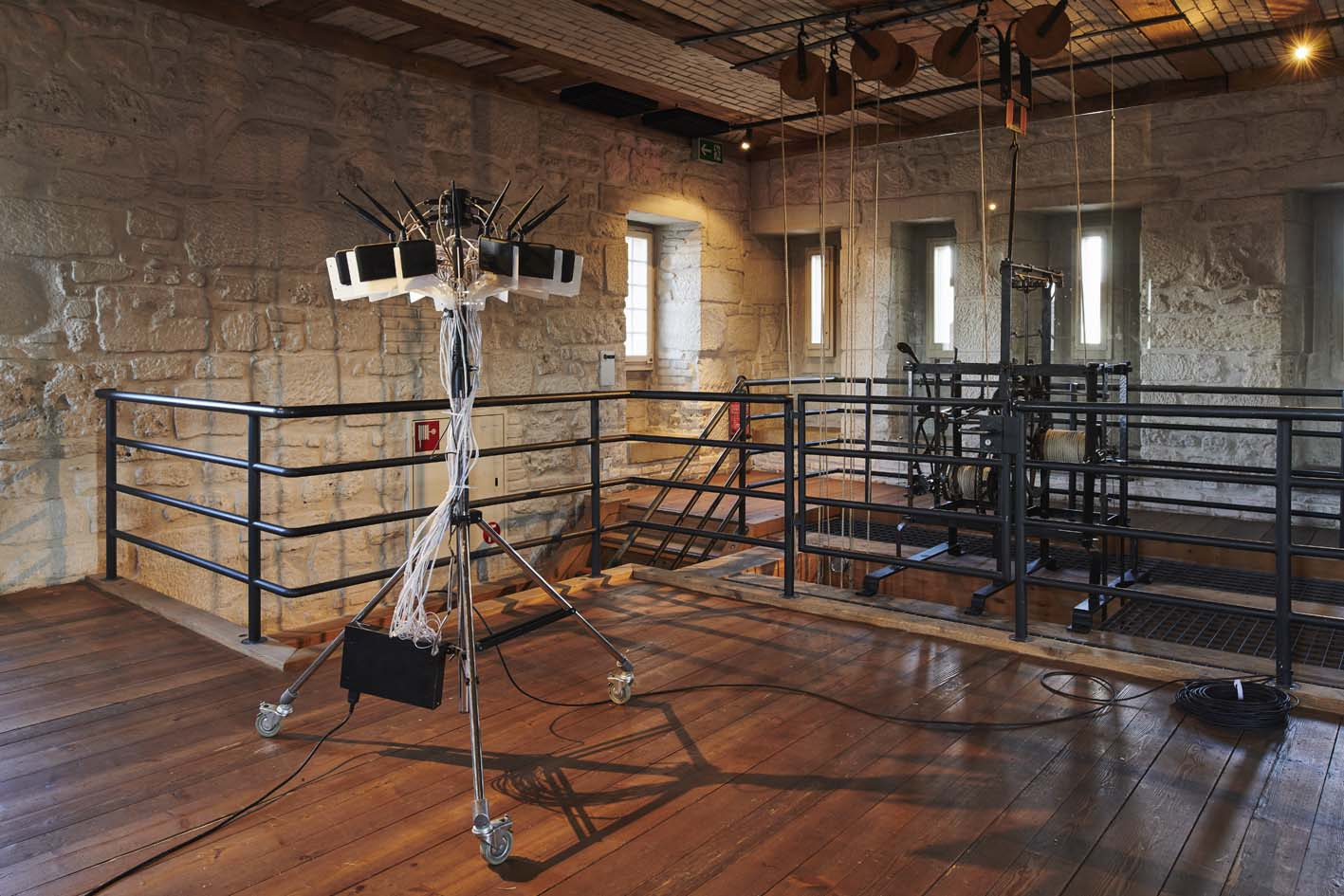 Gordan Savi č i ć  & Bengt Sjölén,  Packetbrücke,  2012–2015, Website  https://criticalengineering.org/projects/packetbridge , Wireless Packet Relocator, 14 custom-modified WLAN Routers, EL-wires, Courtesy the artists, Foto: Dominique Uldry