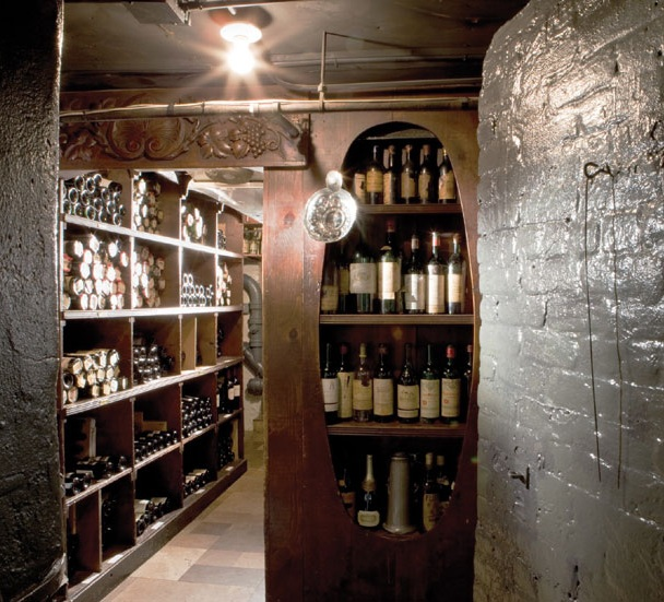 - The 21 Club had four different alarm buttons in the lobby, which automatically sealed off the five secret booze stores and tipped the shelves in the bar, dropping all the bottles into the sewers. Some of the alcohol was actually stored in the basement of the building next door, accessed through this brick door weighing two tons (still there today)
