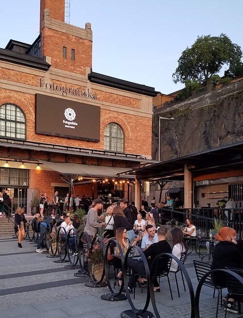 The outside bar at Fotografiska at night