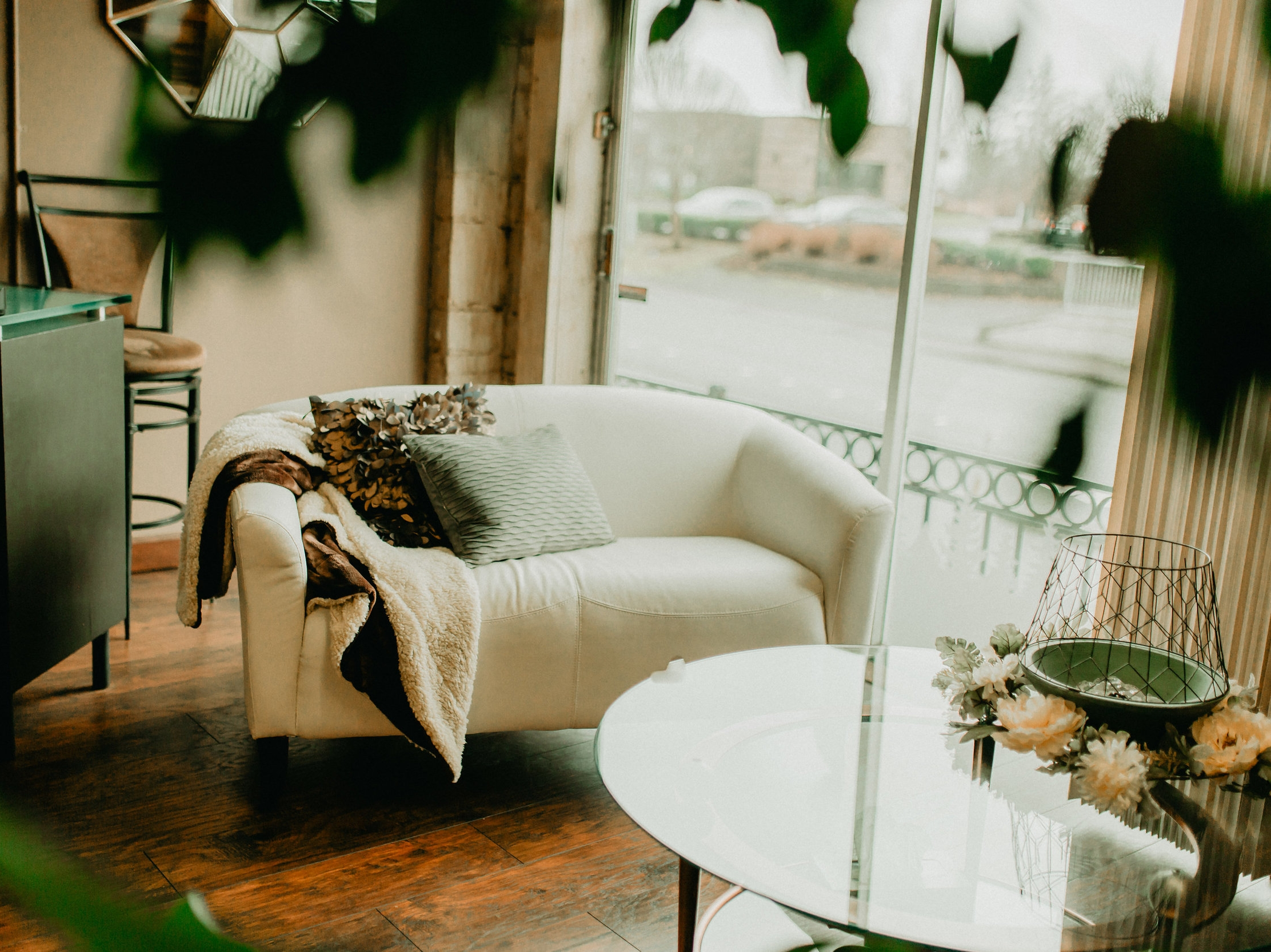Welcome - You'll be welcomed into the light and airy studio. Tall white ceilings and shimmery bronze panelling invite time to stand still.I will give you a little orientation of the Reiki room.