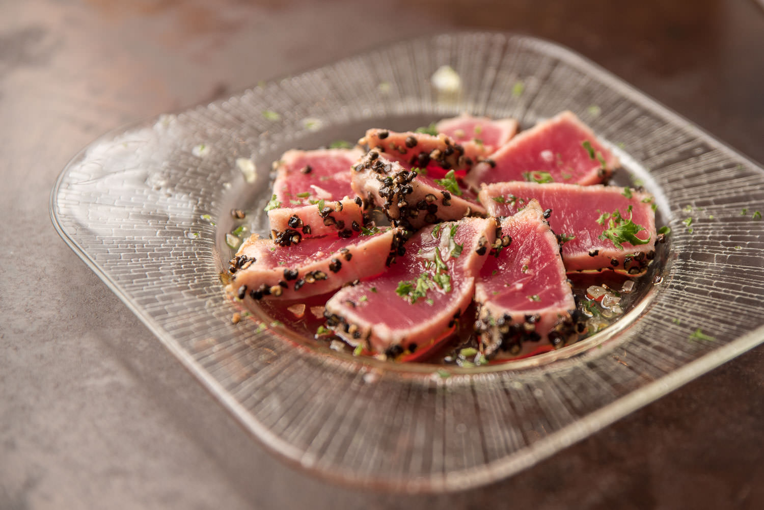 Atún a la plancha - Fresh seared tuna w/ground black pepper