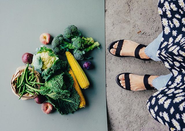 Fall on the plate summer in the wardrobe. 🌻🥦 BTS from our photoshoot for @kcmjarvenpaa #brinnacreative #kcmjäke #foodphotograhy