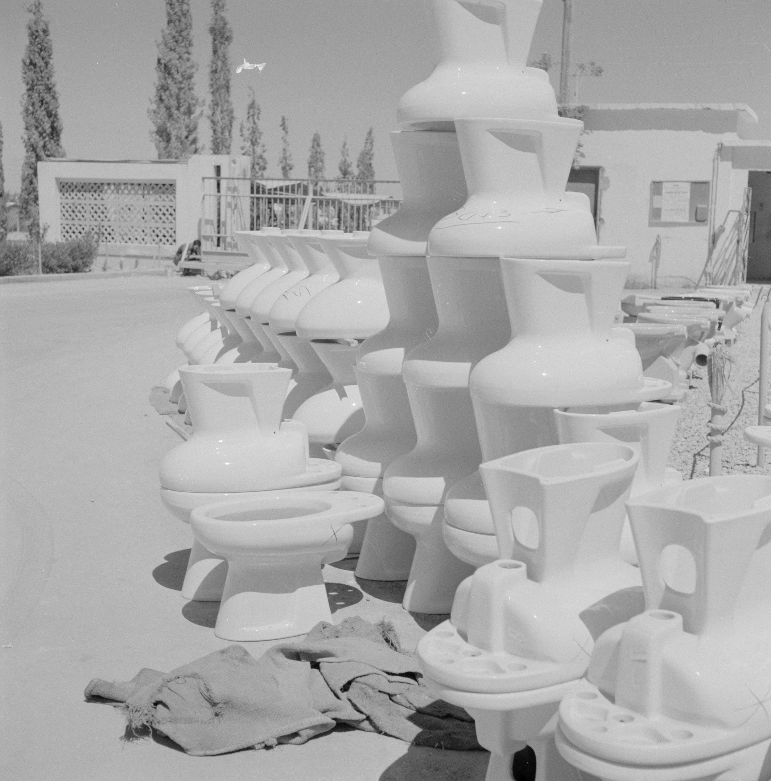 Opslag van keramische wc-potten, Keramiekfabriek in Bersjeba