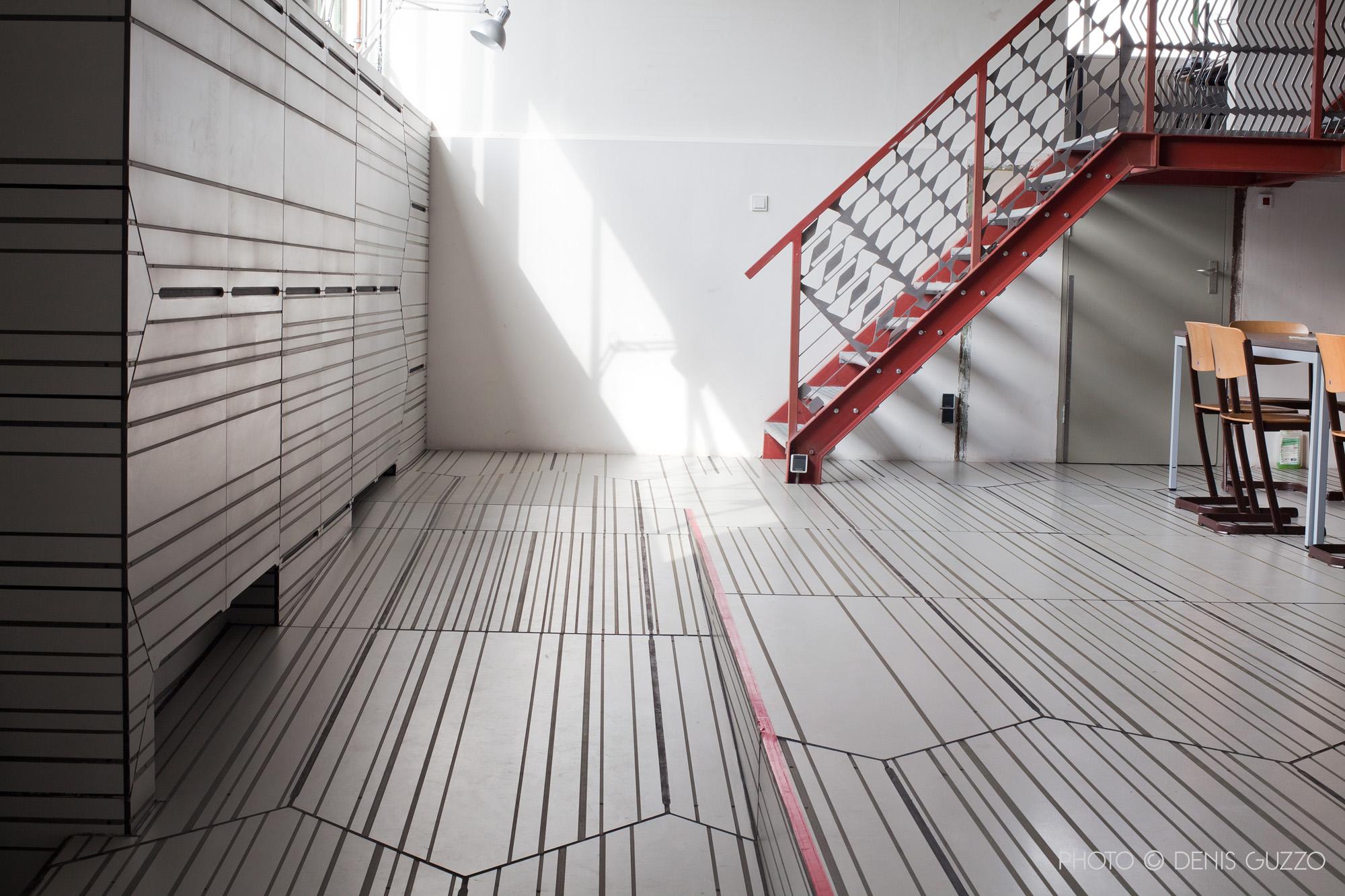 Interieurafwerking met gefreesde trespa bureaubladen en snijplaten als leuning. Dordtyart door Superuse Studios