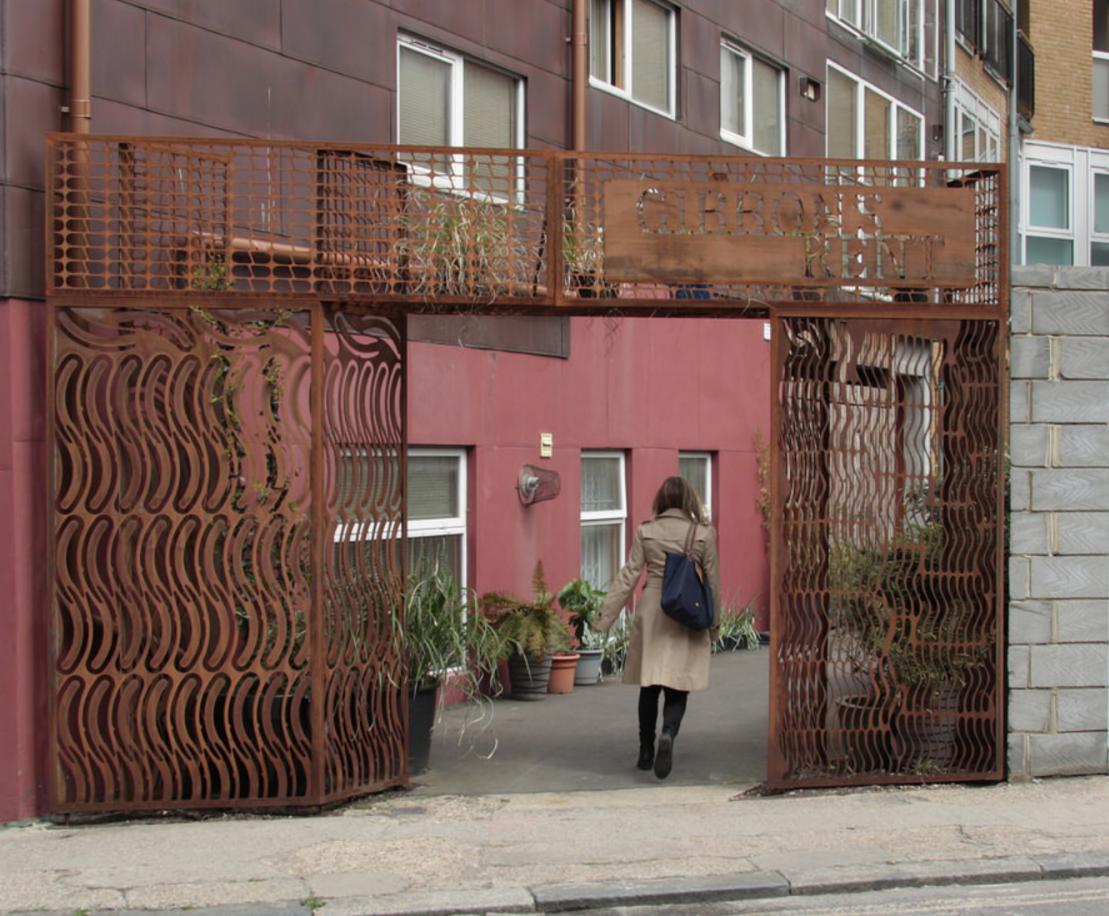 Hekwerk van stalen snijplaten in Londen door Superuse Studios