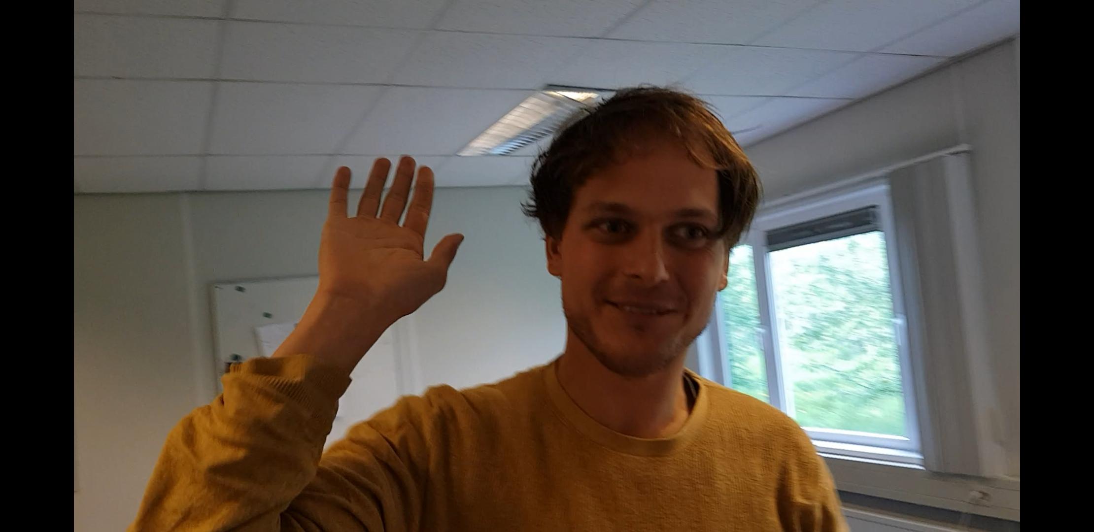 Gerard geeft Chandar een high five na het versturen van de ondertekende erfpachtaanbieding