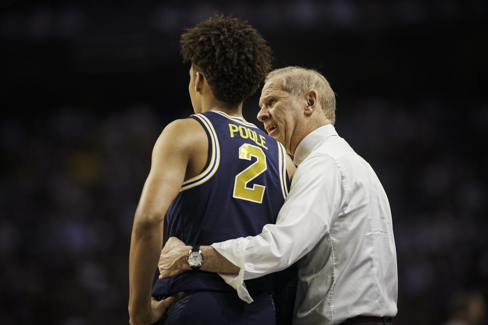 Michigan coach John Beilein gives Jordan Poole a few words of advice.   Sony A9, Sony 70-200mm f2.8 GM