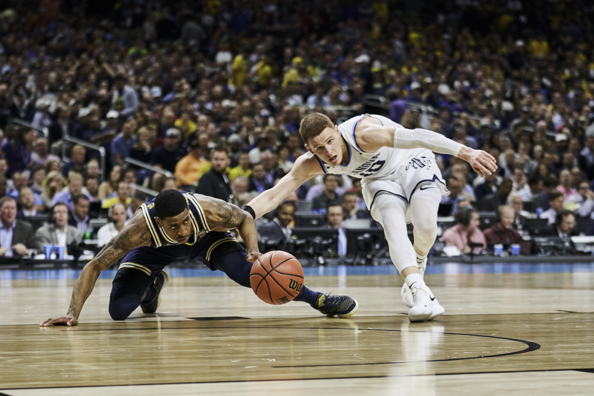Donte DiVincenzo scrambles for a loose ball against Michigan's Charles Matthews.   Sony A9, Sony 70-200mm f2.8 GM