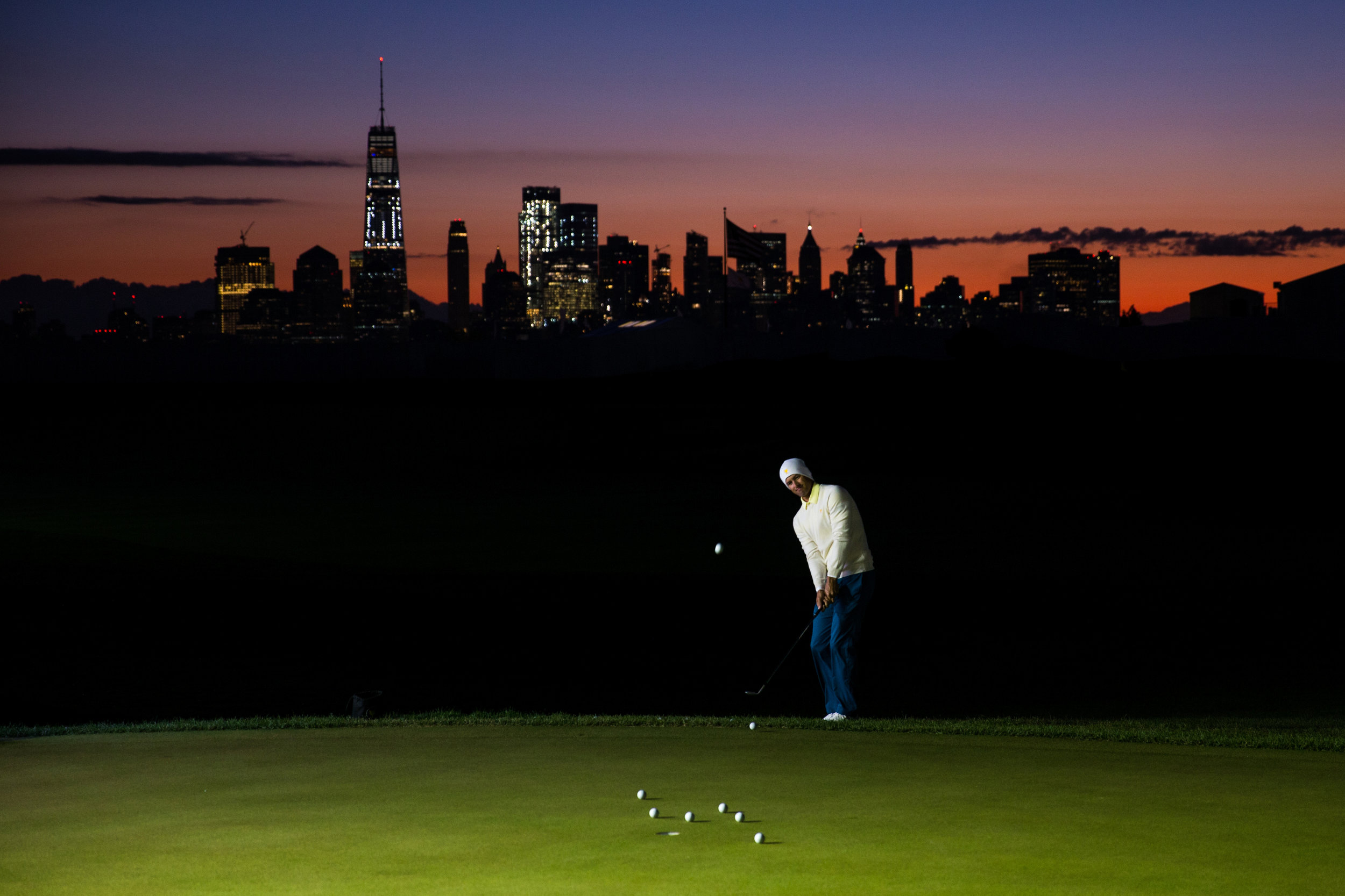 Adam Scott on the practice green, 2017 Presidents Cup matches. .  Liberty National GC, Jersey City, New Jersey . Canon 1DX, Canon EF 24-70mm f2.8L