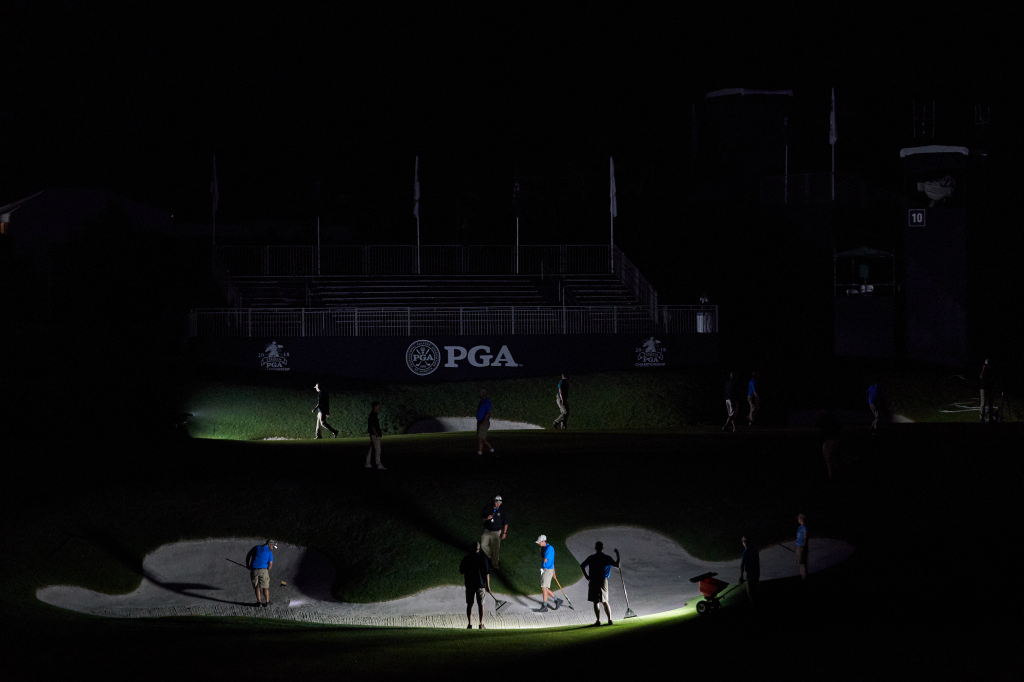 Members of the maintenance staff prepare the 10th early in the morning before round two.  (Sony A9, Sony 24-70mm f2.8 G-Master)