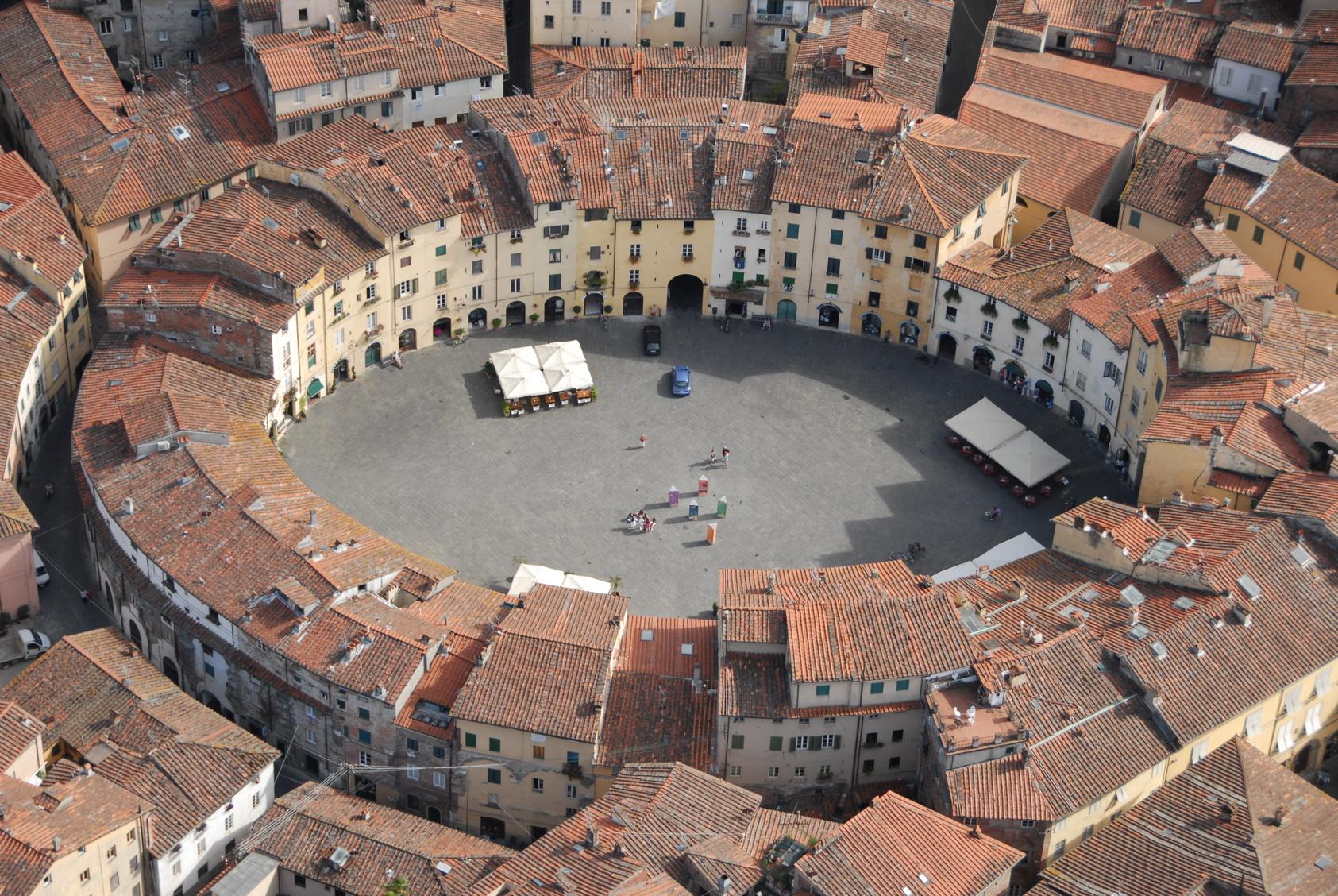 1-piazza-anfiteatro-lucca.jpg