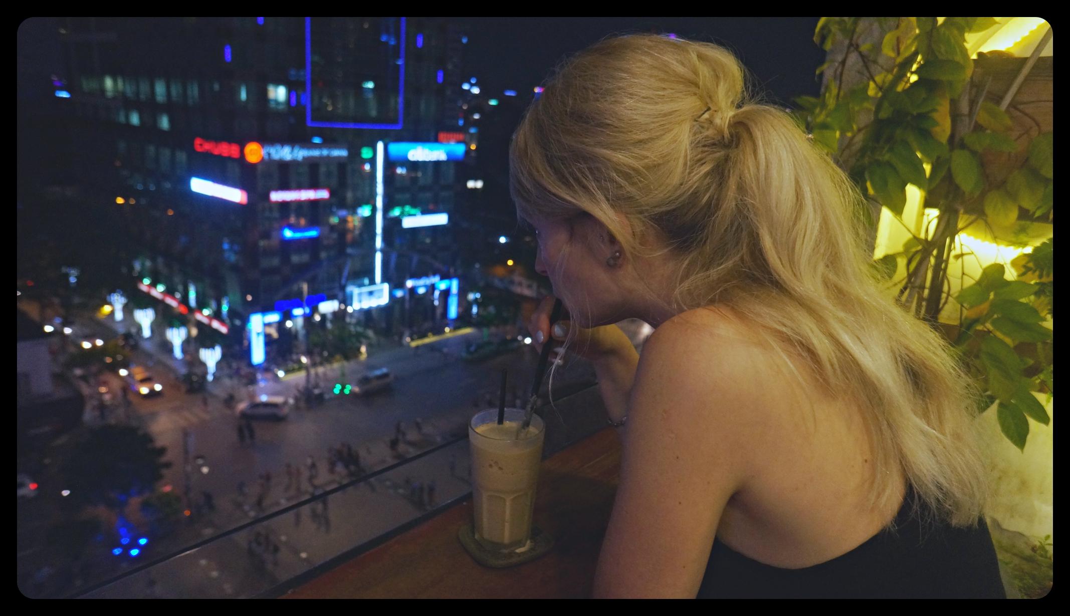 Mrożona kawa w jednej z hipsterskich kawiarnii w Ho Chi Minh - na dziewiątym piętrze dawnego wieżowca