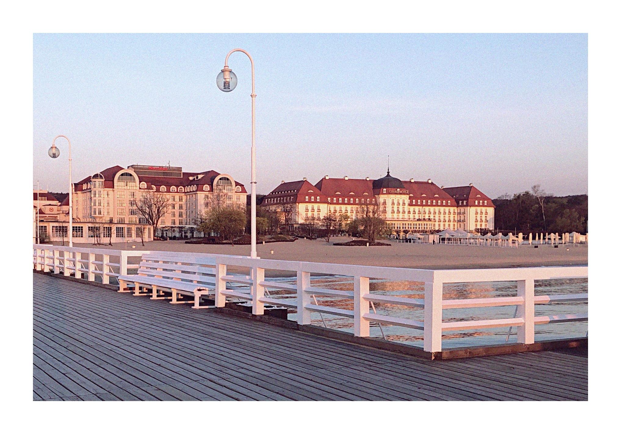 GRAND HOTEL - To kolejny świetnie rozpoznawalny obiekt Sopotu, który swoją działalność rozpoczął na początku XX wieku. Gościł wiele sław oraz gwiazdy występujące w Operze Leśnej. Razem z hotelem Sheraton znajduje się tuż przy plaży, oferując gościom fantastyczny widok na morze.