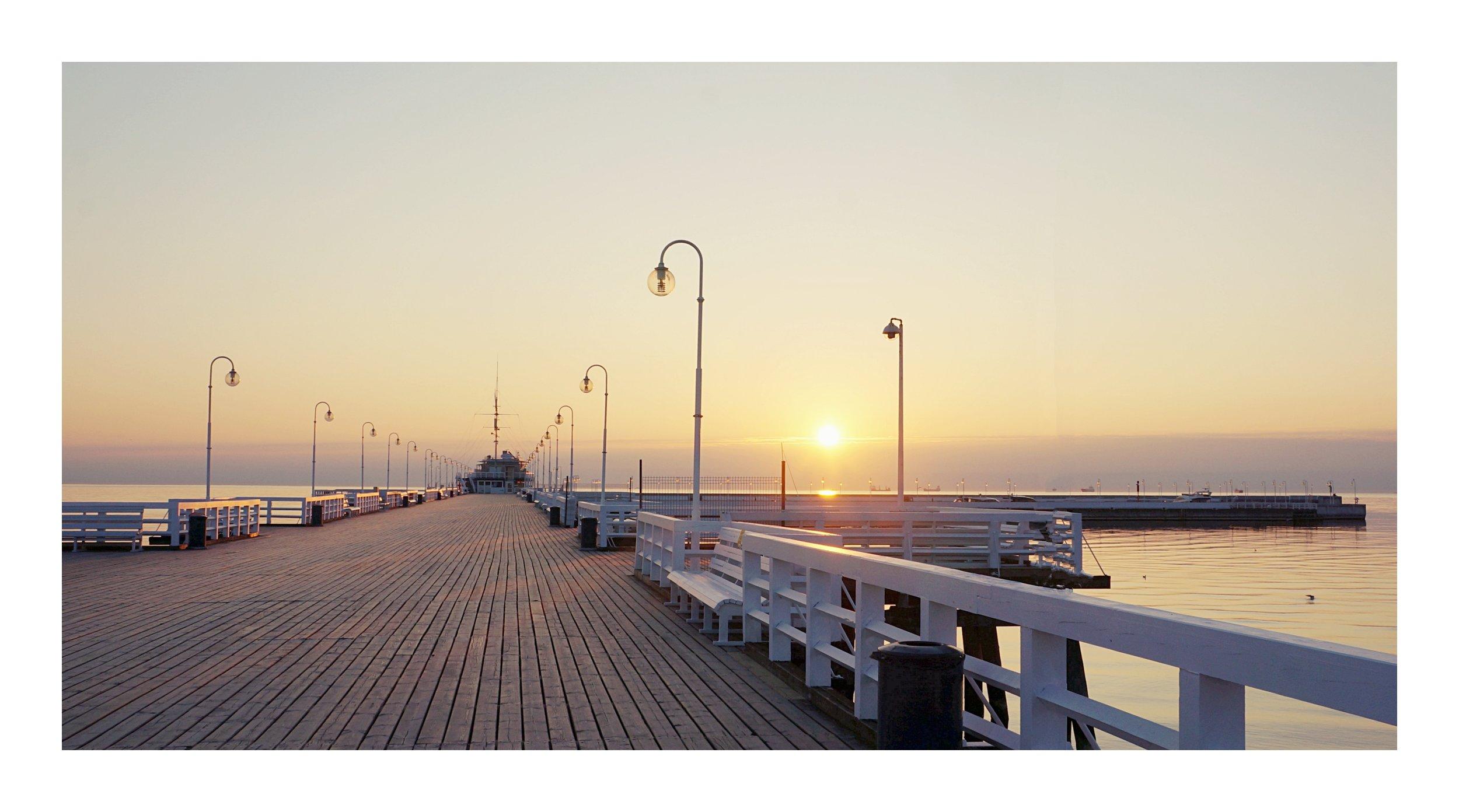 MOLO - Molo w Sopocie ma 511,5 m długości, co czyni go najdłuższym w Polsce. Stanowi najbardziej rozpoznawalny i najchętniej odwiedzany obiekt miasta. Ponad 450 metrów drewnianego mostu wchodzi wgłąb Morza Bałtyckiego, a na jego końcu znajduje się nowoczesna przystań portowa, mieszcząca do 100 jachtów.