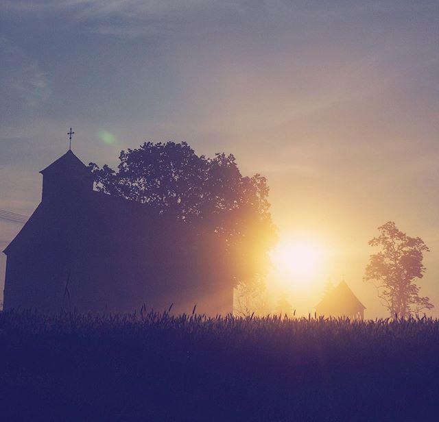 🇵🇱 Z powstaniem tego XVIII-wiecznego kościoła związana jest pewna legenda, według której świątynie wybudowano w okresie, gdy przepływała obok niej rzeka Warta. I to akurat jest fakt historyczny, ponieważ w latach międzywojennych bieg Warty dokładnie z tego miejsca został przesunięty przez władzę niemiecką w miejsce, w którym znajduje się obecnie. . Legenda głosi, że mieszkańcy Gogolewa znaleźli w rzece drewniany krzyż. Ówczesny kapłan kazał go odesłać do Śremu, skąd ponownie złożono go na wodach Warty. Po pewnym czasie krzyż przypłynął pod prąd do Gogolewa. Według świadków zdarzyło się to trzy razy aż uznano zdarzenie za znak od Boga i rozpoczęto budowę kościoła. Mieszkańcy wsi po dzień dzisiejszy uznają tę historię za prawdziwą i przekazują ją z ust do ust kolejnym pokoleniom. . A jaka jest twoja ulubiona legenda? . . 🇬🇧 There's a legend associated to this eighteenth-century church, according to which the temple was built in the period when the Warta River flowed nearby. And this is actually a historical fact, because in the interwar years Warta's run from this place was moved by the German authorities to the place where it is now. . The legend tells that the inhabitants of Gogolewo found a wooden cross in the river. The then priest ordered them to send it back to Śrem, from where it was again put on the waters of the Warta. After some time, the cross was found in Gogolewo again. According to witnesses, this happened three times until the incident was recognized as a sign from God and the construction of the church began. Nowadays, residents of the village consider this story a fact and pass it on to the future generations. . And what is your favorite legend? . . #legend #church #woodenchurch #woddencross #gogolewo #interestingstory #fascinating #sunrise #countryside #travelstory #travelgram #travelandlearn #polandisbeautiful #discoverpolska #oldchurch #polishcountryside #travelphotography #polskawobiektywie #legendy #historie #podróże #podrozniczka #kosciół #drewn