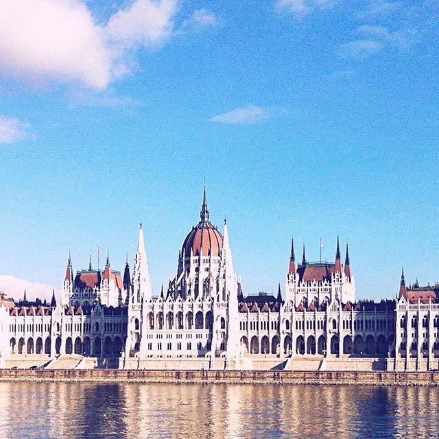 🇵🇱 Budapeszt to arcyciekawe miasto, które trzeba zobaczyć przynajmniej raz w życiu. Zdjęcie powyżej obrazuje parlament, czyli jeden z najważniejszych budynków węgierskiej stolicy. Jako ciekawostkę dodam, że posiada on 27 bram, 29 klatek schodowych i prawie 700 pokoi! A więcej o Budapeszcie przeczytacie na moim blogu - post kisi się tam już od niedzieli 😆 Byliście już w Budapeszcie?? Dajcie proszę znać w komentarzach, albo oznaczcie znajomych, którzy byli ☺️ . . Budapest is an extremely interesting city that you have to visit at least once in your life. The photo above depicts the house of parliment - one of the most important buildings of Hungarian capital. As a curiosity I add that it has 27 gates, 29 staircases and almost 700 rooms! You can find out more about Budapest on my blog - the post has been there since Sunday 😆 Have you ever been in Budapest?? Please let me know in the comments below or tag a friend who has ☺️ . . #budapest #hungary #capital #parliment #housesofparliment #visitbudapest #metropolitan #citybreak #traveltobudapest #discoverbudapest #bestofbudaoest #mustvisit #hungariancapital #whattoseeinbudapest #polishtravelblogs #travellinggirl #weekendtrips #budapeszt #węgry #stolica #podróże #podrozniczka #miasto #parlament #weekend #wyjazd #altertonative #polskieblogipodroznicze #blogpodrozniczy