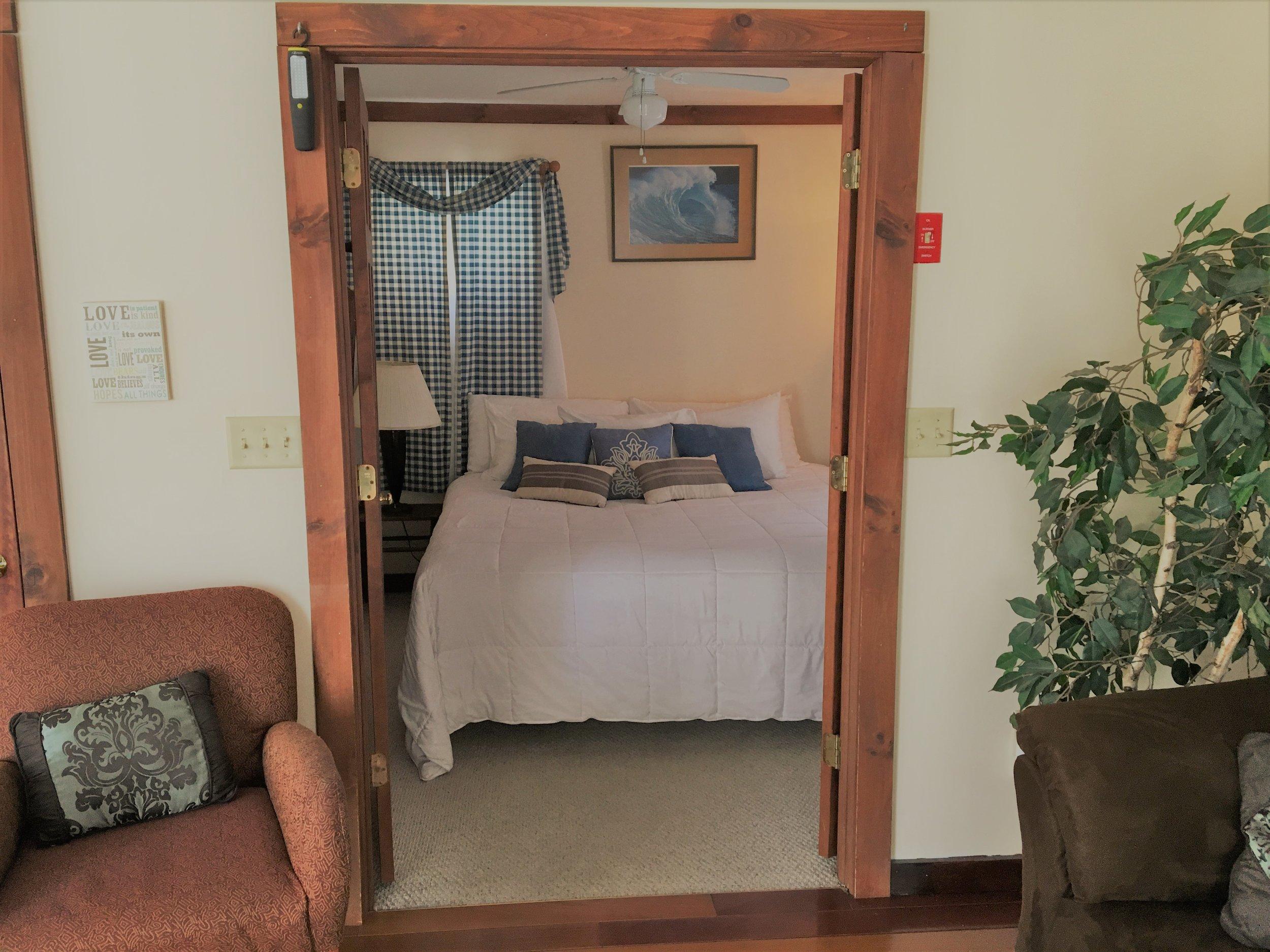Lingerhere king bedroom.jpg