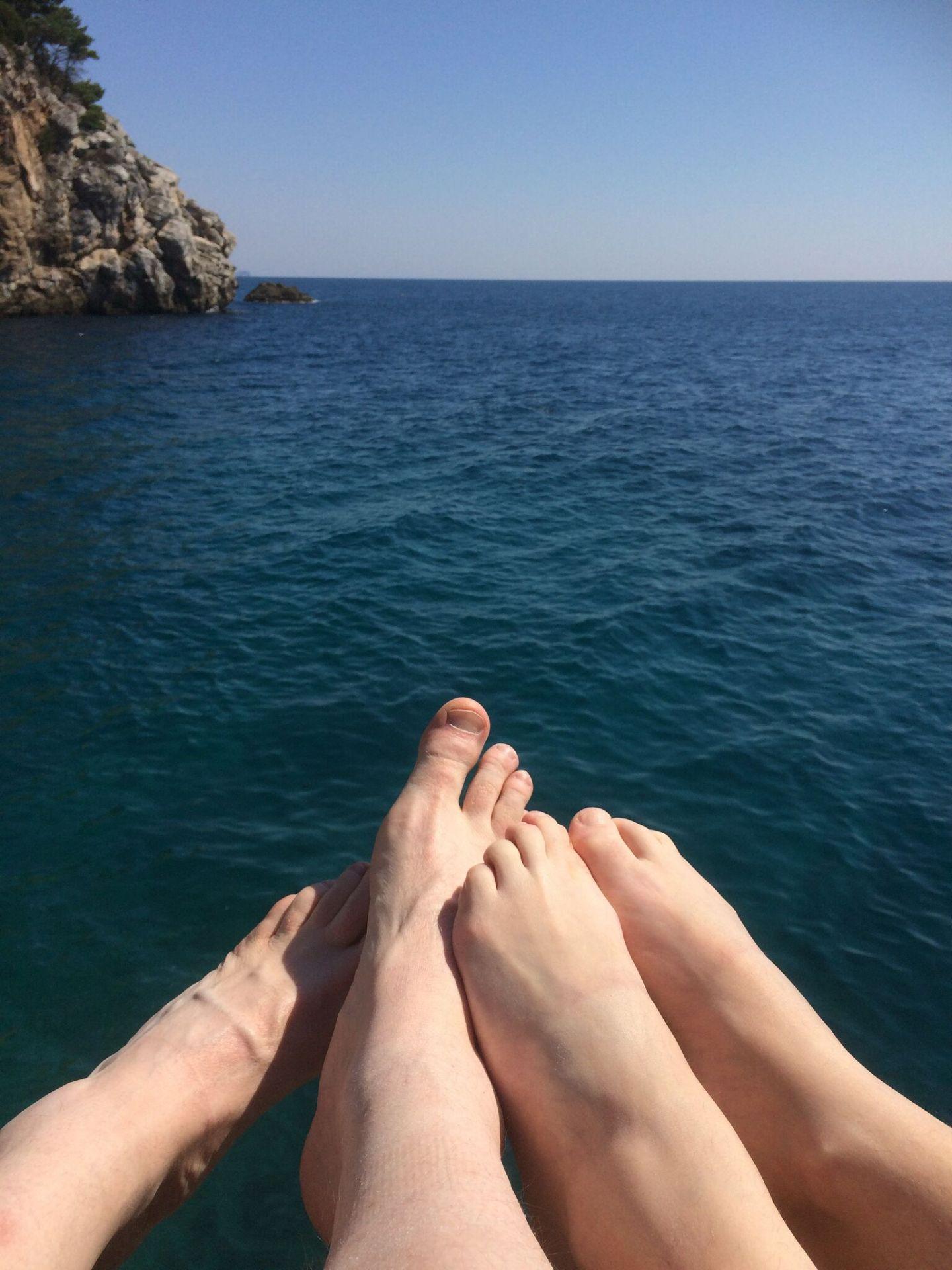 Imorgon tar jag av mig skorna och njuter av sommar, sol, hav och familjen i fyra veckors tid!