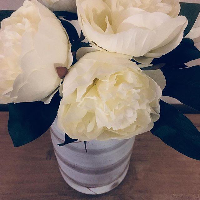 Peonies in a marble vase... Blair Waldorf would be proud. #gossipgirlismylife #homedecoraddict