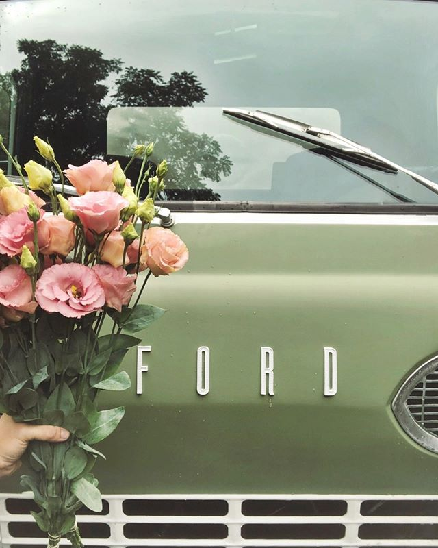 Flowers are the perfect rainy day pick me up in our opinion 🥰 What's your favorite way to spend a rainy day? - We are so sad that our little truck is in the shop this week, but we are coming up with creative ways to play with flowers with you guys throughout the weekend so stay tuned 💕