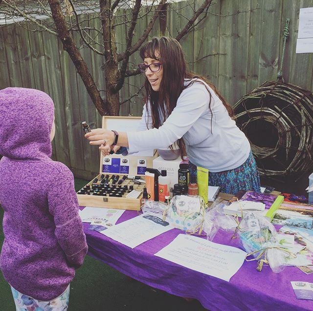 Making essential oil roller with Jackie 💜💛 #sistersbeachmarket #sistersbeachcommunity #tasmaniasnorthwest