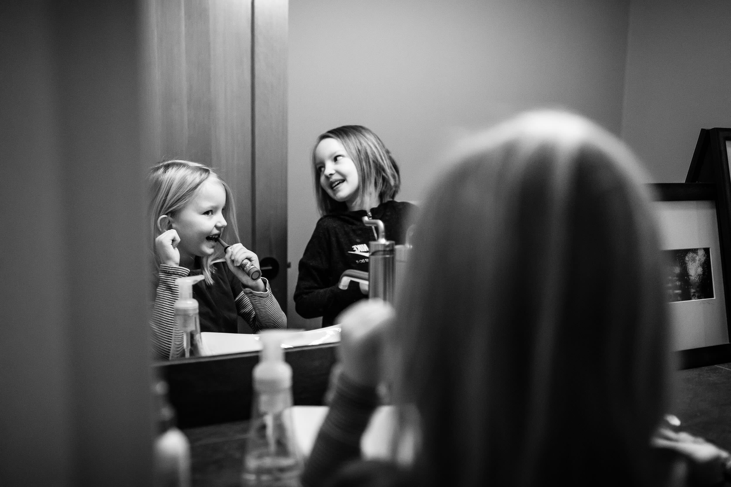 siblings-brushing-teeth-In-Home-photography-portland-oregon-rebecca-hunnicutt-farren-27.jpg