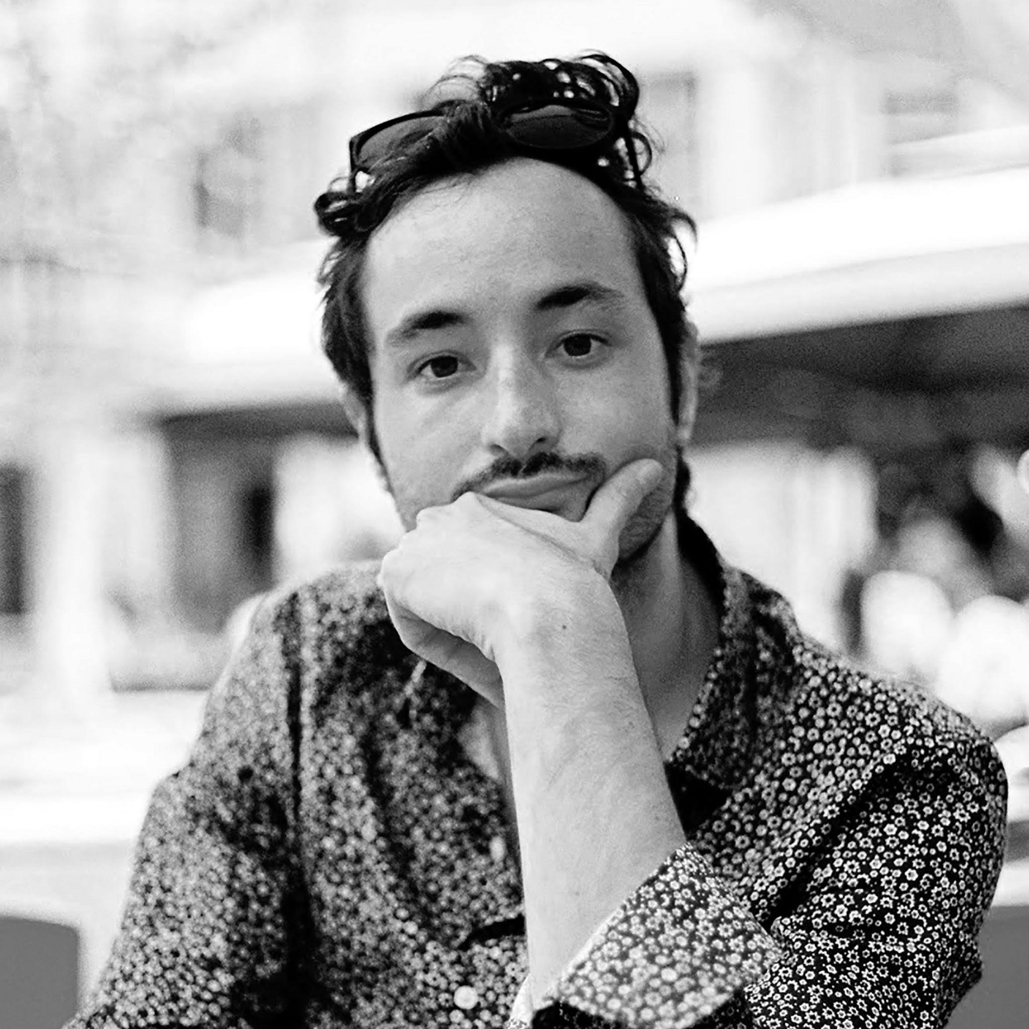 Raphaël Colombani - Tribal art 专家 - Raphaël现在居住在法国。他早先学习摄影,曾服务于多家新闻机构,后专注于艺术历史,并在2015年取得了位于法国巴黎的Ecole du Louvre的学位证书专门研究民族志和前哥伦比亚艺术。他服务于法国艺术市场数十年,作为一名艺术类专家,曾出任过多家知名画廊的藏品经理。作为Alyes Auctions 的一员,他协助我们创建非洲,大洋洲和美国地区的艺术部门。